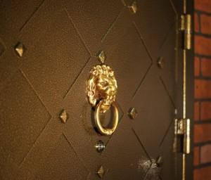Варианты декорирования стальной двери